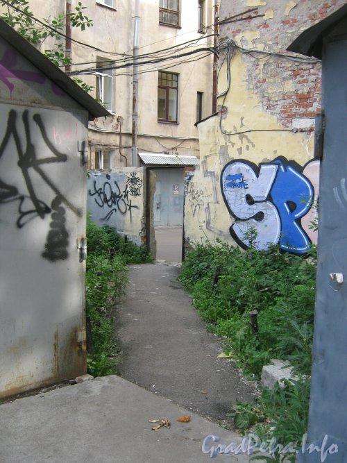 Каменноостровский пр., дом 26-28. Гаражи в 1 дворе и проход между ними в сторону 3 двора. Фото 7 июля 2012 г.