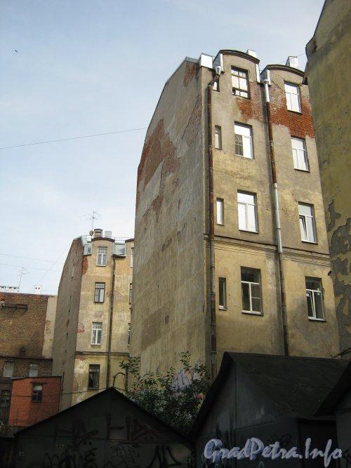 Каменноостровский пр., дом 26-28. Вид на часть здания со стороны гаражей в 1 дворе. Фото 7 июля 2012 г.