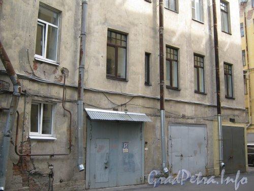 Каменноостровский пр., дом 26-28. Часть здания и гаражи в 3 дворе. Фото 7 июля 2012 г.