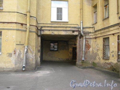 Каменноостровский пр., дом 26-28. Арка выезда из 3 двора в 1 двор . Фото 7 июля 2012 г.