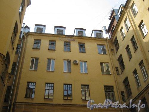 Каменноостровский пр., дом 26-28. Фрагмент здания в 1 дворе. Фото 7 июля 2012 г.