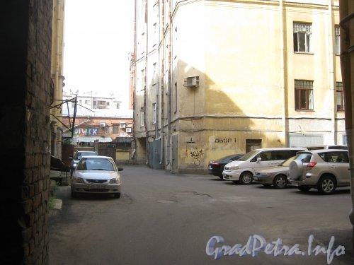 Каменноостровский пр., дом 26-28. Фрагмент здания в 3 дворе. Фото 7 июля 2012 г.