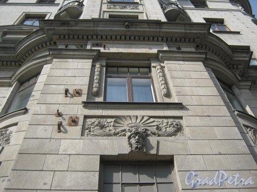 Каменноостровский пр., дом 26-28. Фрагмент фасада здания с Каменноостровского пр. Фото 7 июля 2012 г.