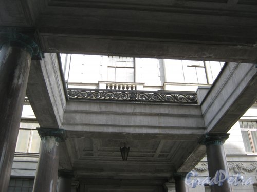 Каменноостровский пр., дом 26-28. Фрагмент двухрядной дорической колоннады между корпусами. Фото 7 июля 2012 г.