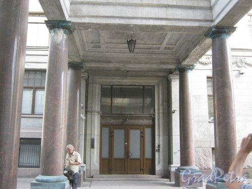 Каменноостровский пр., дом 26-28. Фрагмент колоннады между корпусами. Фото 7 июля 2012 г.