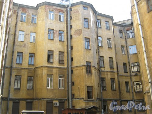 Каменноостровский пр., дом 26-28. Фрагмент здания в 5 дворе. Фото 7 июля 2012 г.