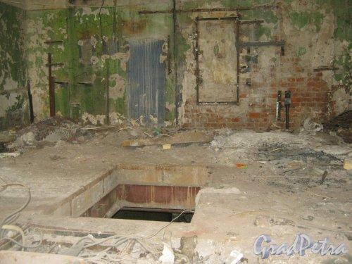 Каменноостровский пр., дом 26-28. Здание бывшей котельной в 5 дворе. Внутри здания. Фото 7 июля 2012 г.
