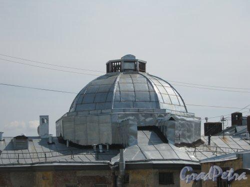 Каменноостровский пр., дом 26-28. Фрагмент здания в 5 дворе. Вид из окна парадной дома 29/37, литера Б по Кронверкской ул.Фото 7 июля 2012 г.