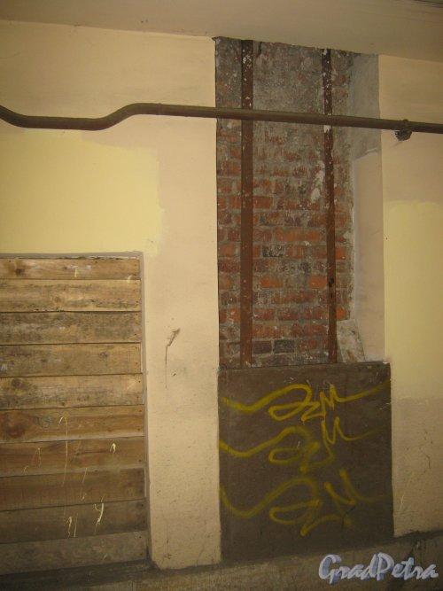 Каменноостровский пр., дом 26-28. Остатки мусоропровода в одной из арок внутри здания. Фото 7 июля 2012 г.