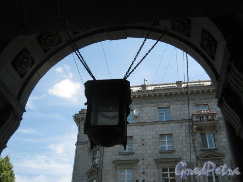 Каменноостровский пр., дом 26-28. Фонарь в арке. Фото 7 июля 2012 г.