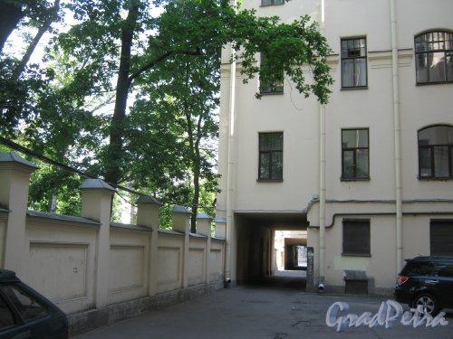 Каменноостровский пр., дом 26-28. Фрагмент одного из дворов. Фото 7 июля 2012 г.
