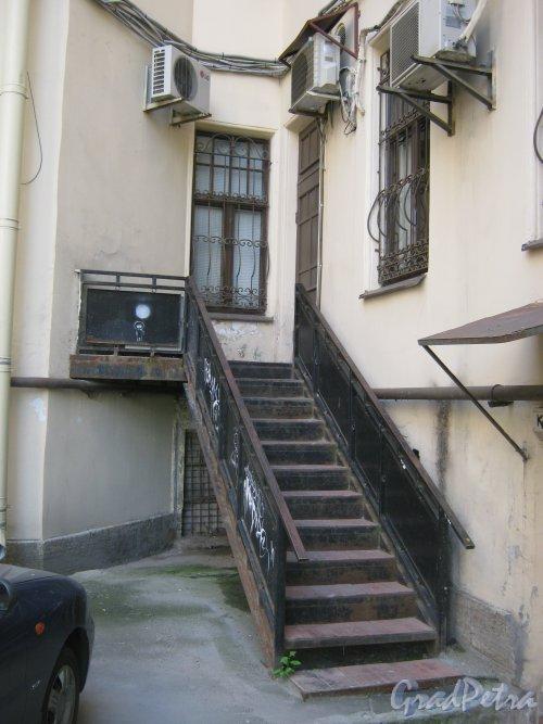 Каменноостровский пр., дом 26-28. Угол одного из дворов. Фото 7 июля 2012 г.
