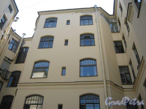 Каменноостровский пр., дом 26-28. Фрагмент здания в одном из дворов. Фото 7 июля 2012 г.