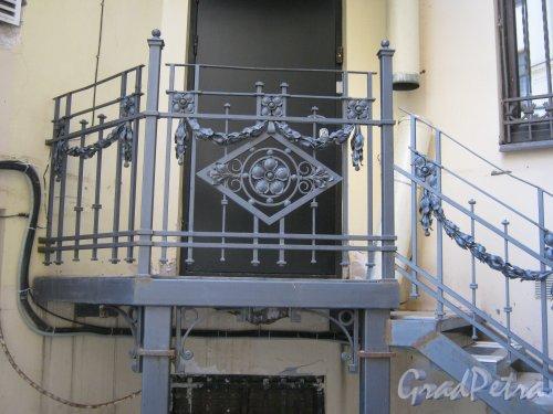 Каменноостровский пр., дом 26-28. Лестница в одном из дворов. Фото 7 июля 2012 г.