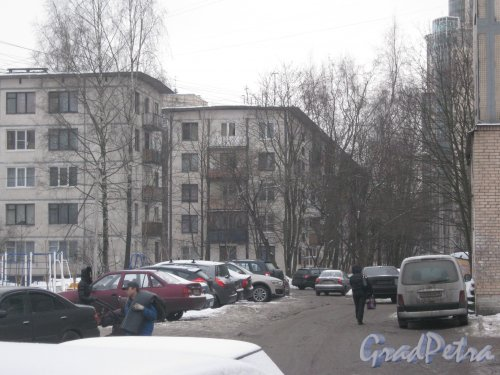 Гражданский пр., дом 117, корпус 3 (справа) и корпус 4 (фрагмент слева). Общий вид с Киришской ул. Фото 30 января 2013 г.