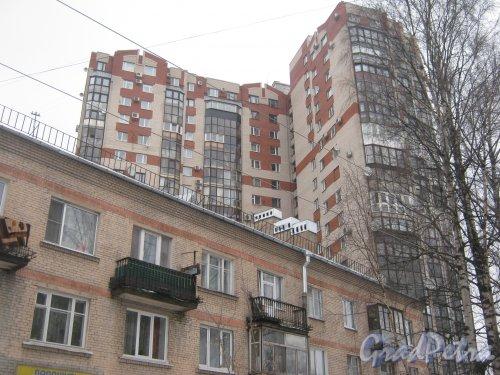 Тихорецкий пр., дом 26 (на заднем плане). Общий вид со стороны дома 24 корпус 2 (на переднем плане). Фото 8 февраля 2013 г.