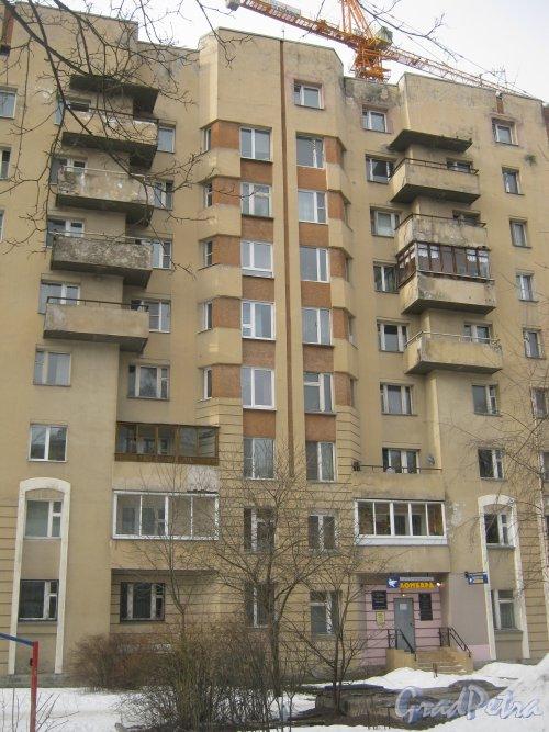 Пр. Энгельса, дом 16, корпус 2. Фрагмент фасада со стороны дома 16. Фото 26 февраля 2013 г.