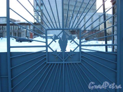 Проспект КИМа, дом 2, литера Д. Фрагмент ворот проходной Государственного Унитарного предприятия «Торпливно-Энергетический комплекс Санкт-Петербурга» (филиал «ПОСММ»). Фото 3 марта 2013 г.
