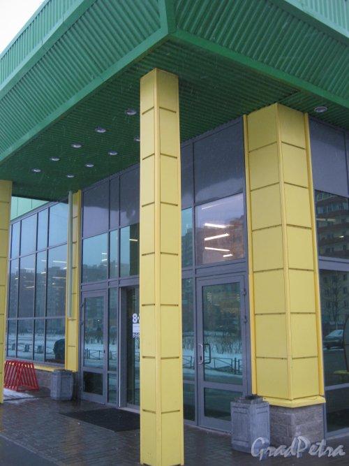 Ленинский пр., дом 94, литера А. Фрагмент здания - вход в гипермаркет О`Кей-Экспресс. Фото 1 марта 2013 г.