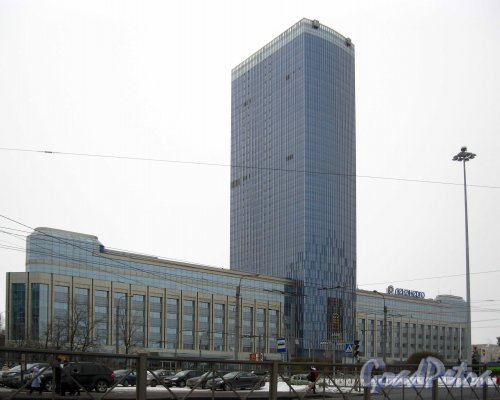 Ленинский проспект, дом 153, лит. В (центральная часть) и боковые корпуса: площадь Конституции, дом 1 (справа) и дом 3 (слева). Фото 11 марта 2013 г.