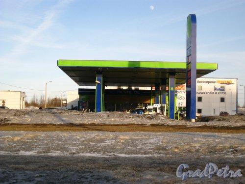 Проспект Большевиков, дом 36, литера А. Бензоколонка «NESTE OIL»