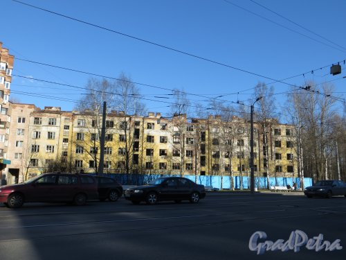 Тихорецкий пр., дом 5, корп. 1. Фрагмент фасада расселённого жилого дома. Фото 28 апреля 2013 года.