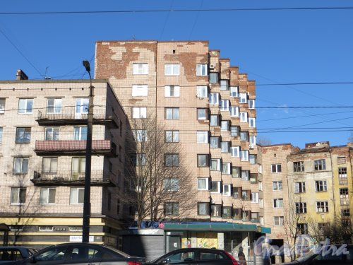 Тихорецкий пр., дом 7, корп. 2. Дом-вставка между домом 7, корпус1 и домом 5, корпус 1 по Тихорецкому проспекту . Фото 28 апреля 2013 года.