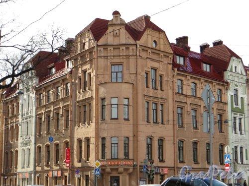 Пр. Добролюбова, дом 1 / Кронверкский пр., дом 79. Угловая часть здания. Фото 30 апреля 2013 г.