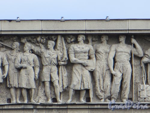 Московский пр., дом 212. Фрагмент фриза в центральной части здания. Фото 30 апреля 2013 г.