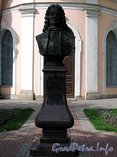 Памятник Ф.А.Головину на Большом проспекте В.О. у Андреевского собора. Фото август 2009 г.