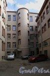 Римского-Корсакова пр., д. 57. Доходный дом. Двор. Фото апрель 2013 г.