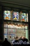 Торговый зал «Елисеевского» гастронома. Вид боковой витрины со стороны зала. Фото апрель 2012 г.
