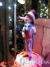 """Невский пр., дом 56 «Елисеевский» гастроном. Центральная витрина. Оформление по мотивам балета """"Щелкунчик"""". ск. М. М. Шемякин. Фото январь 2013 г."""