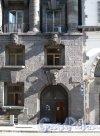 Большой пр., П.С., д. 77. Доходный дом К. И. Розенштейна. Фрагмент фасада портал. Фото июль 2012 г.