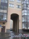 Ленинский пр., дом 78, корпус 1, литера А. Арка въезда с пр. Кузнецова во внутренний двор. Фото 29 декабря 2013 г.