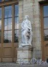 Красноармейский пр. (Гатчина), д. 1. Дворец. Статуя у садового входа. Фото август 2013 г.