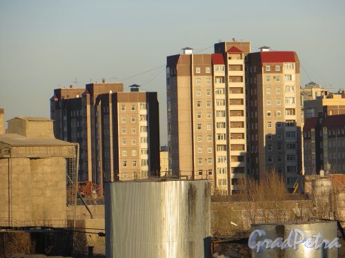 Пр. Пятилеток, дом 17, корпуса 3 и 4. Вид с Ладожского вокзала. Фото 2 мая 2013 г.