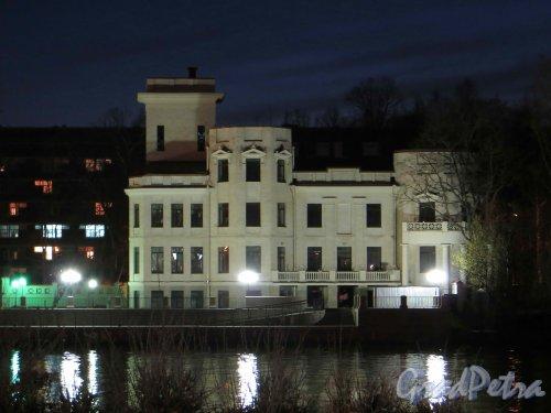 пр. Динамо, дом 2, лит. Б. Вид здания с Песочной набережной ночью. Фото 8 мая 2013 г.