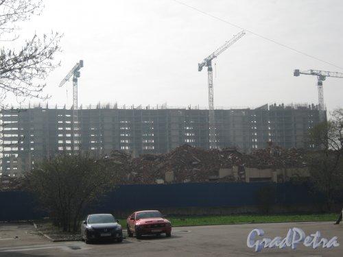 Московский пр., дом 139. Общий вид строящегося здания и остатки старого снесённого корпуса. Вид со стороны дома 143. Фото 11 мая 2013 г.