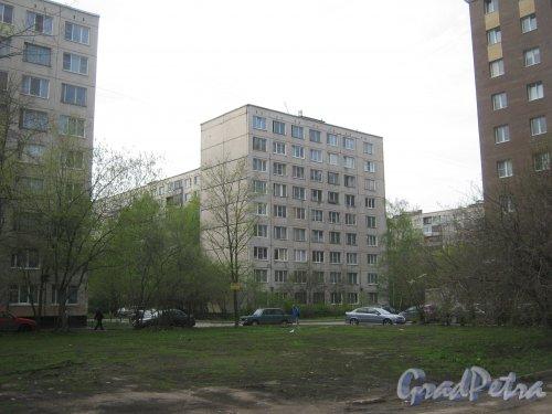 Пр. Большевиков, дом 13, корпус 2. Общий вид со стороны ул. Антонова-Овсеенко. Фото 13 мая 2013 г.