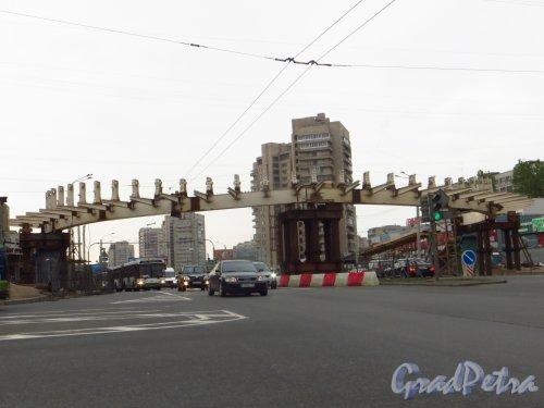Строительство пешеходного перехода через проспект Славы у дома 5. Фото 17 мая 2013 г.