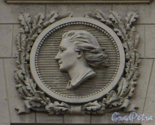 Суворовский пр., дом 56. Медальон «Девушка» на фасаде в правой части корпуса по Суворовскому проспекту. Фото 22 мая 2013 г.