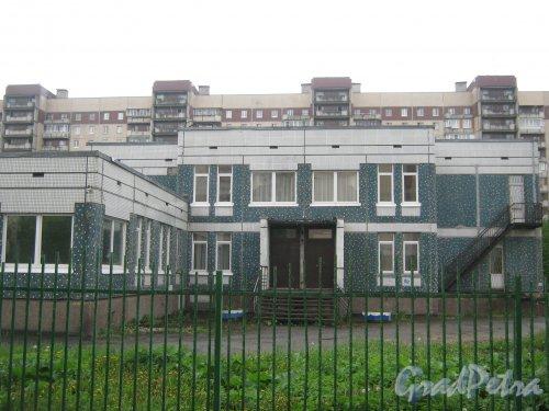 Ленинский пр., дом 92, корп. 2. Фрагмент здания со стороны дома 92, корпус 3. Фото 26 мая 2013 г.