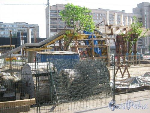 Фрагмент строящегося перехода у дома 5 по пр. Славы. Вид со стороны дома 4. Фото 1 июня 2013 г.