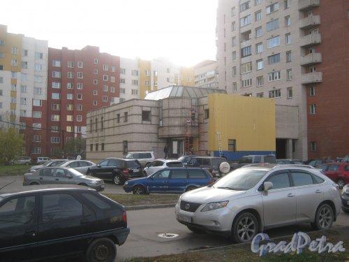 Ленинский пр., дом 95, корпус 1. Ремонт фасада здания. Фото 15 октября 2013 г.