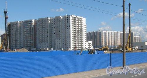 Дальневосточный пр., дом 10 (слева). Строительство жилого дома. Фрагмент. На заднем плане справа - дом 5, корпус 1 по ул. Коллонтай. Вид с Дальневосточного пр. Фото 16 августа 2013 г.