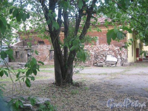Измайловский пр., дом 13, литера Д. Вид с Якобштадтского пер. на развалины одного из корпусов. Фото 30 мая 2013 г.