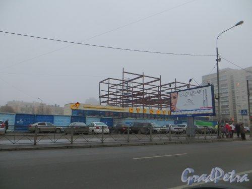 Дачный пр., дом 20, корп. 2. Надстройка торгового павильона. Фото 23 ноября 2013 года.