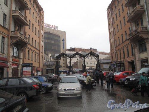 Московский проспект, дома 4-6. Вход на Сенной рынок с Московского проспекта между домами 4 и 6. Фото май 2013 года.
