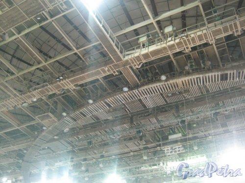 Пр. Юрия Гагарина, дом 8. СКК. Выставка «Радиоэлектроника и приборостроение». Вид с трибуны на потолок здания. Фото 30 октября 2013 г.